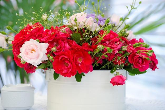 Een bos bloemen in een vaas
