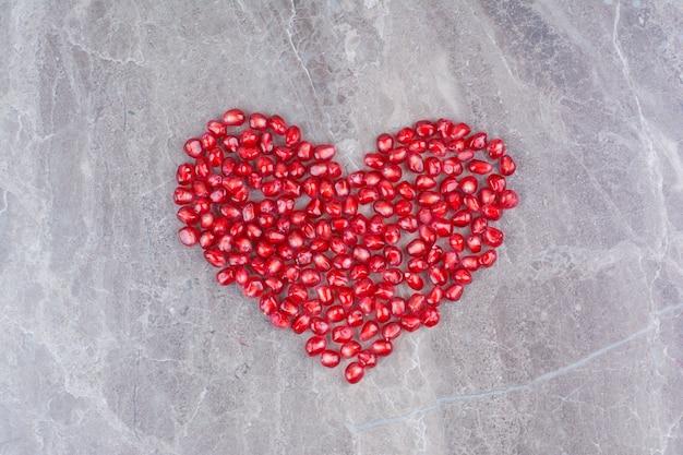 Een bos granaatappelpitjes vormde een hart.