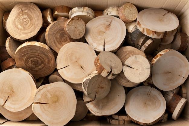 Een bos houten zaagsnede in een kartonnen doos