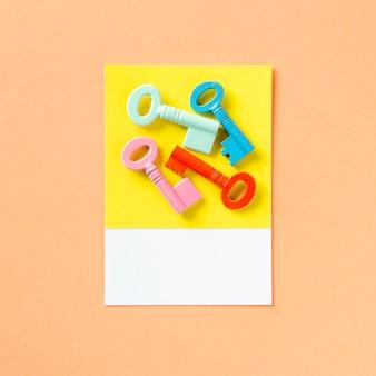 Een bos kleurrijke sleutels