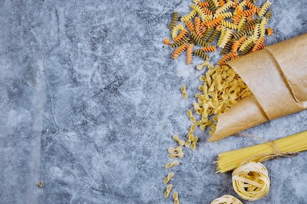 Een bos rauwe pasta verpakt in papier.