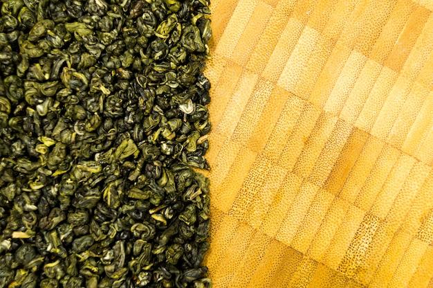 Een bos thee op een snijplank
