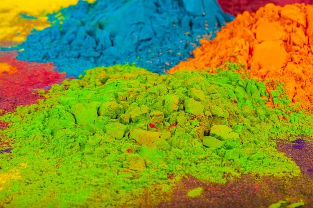 Een bos van kleuren geplaatst op houten achtergrond close-up