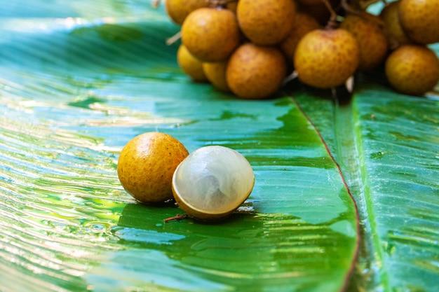 Een bos van longan fruit op een groene bananenblad