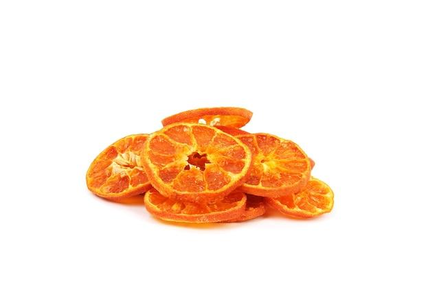 Een bos van oranje chips geïsoleerd op een witte muur close-up