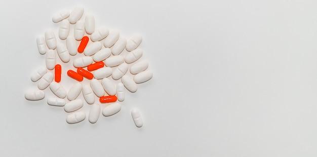 Een bos van witte en rode tabletten op een witte achtergrond