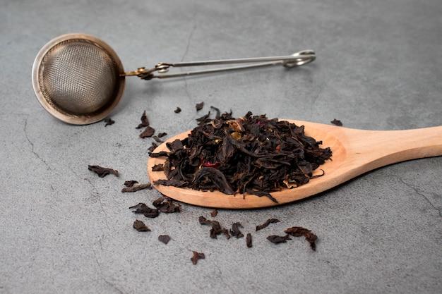 Een bosje chinese groene thee met een zeefje