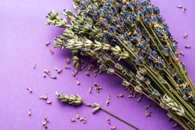 Een bosje lavendel op een lila tafel