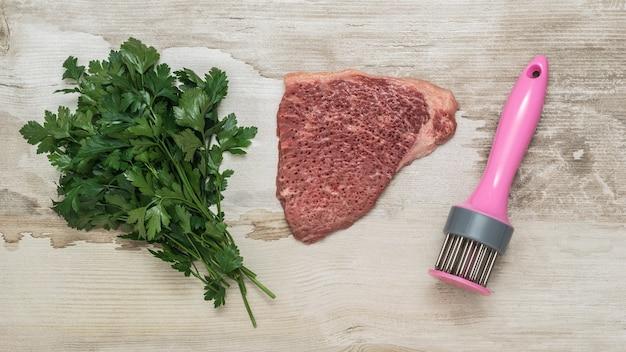 Een bosje peterselie, een biefstuk en een versnipperaar. vleesschotel.