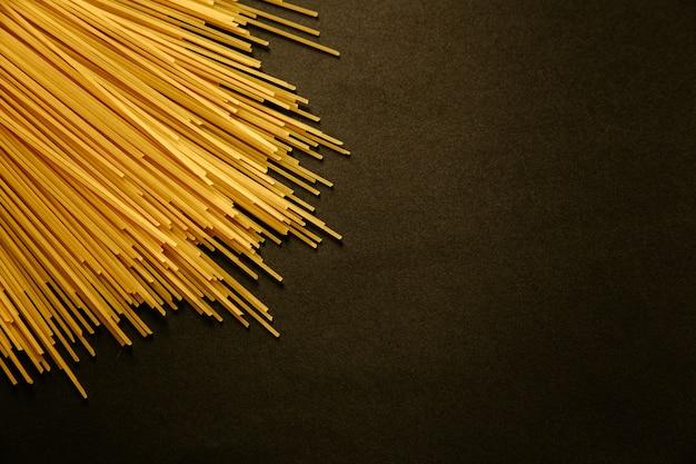 Een bosje spaghettis komt uit een hoek tevoorschijn