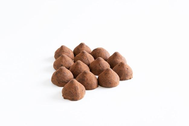 Een bosje zoete chocoladetruffels met chocoladepoeder