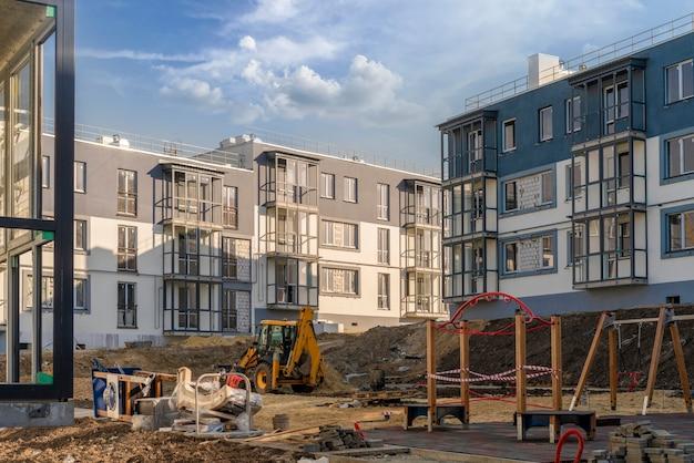 Een bouwplaats voor het bouwen van appartementen, industriële werkzaamheden