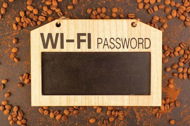 Een bovenaanzicht bruine koffiezaden met bord. wi-fi-wachtwoord ondertekenen