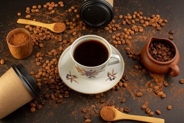 Een bovenaanzicht bruine koffiezaden met choco-repen en kopje koffie
