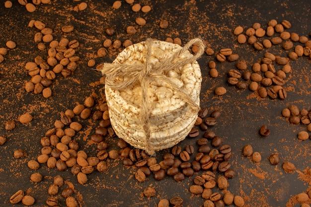 Een bovenaanzicht bruine koffiezaden met ronde crackers