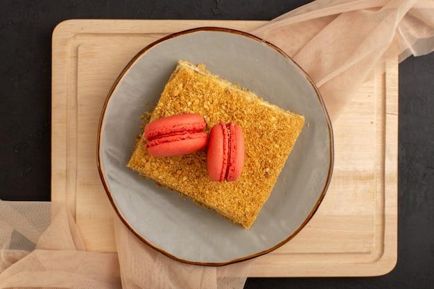 Een bovenaanzicht cakeplak lekker en gebakken binnenplaat met macarons