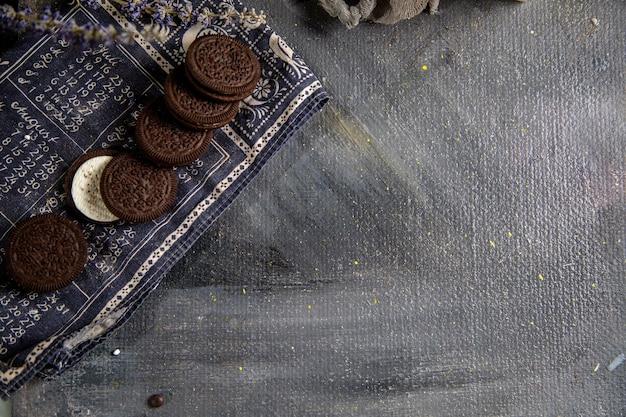 Een bovenaanzicht choco koekjes zoet en lekker op de grijze tafel