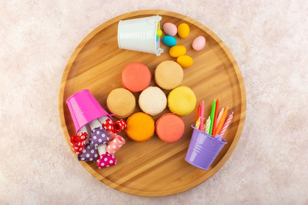 Een bovenaanzicht franse macarons ronde gevormd en heerlijk op de roze tafel cake koekje suiker zoet