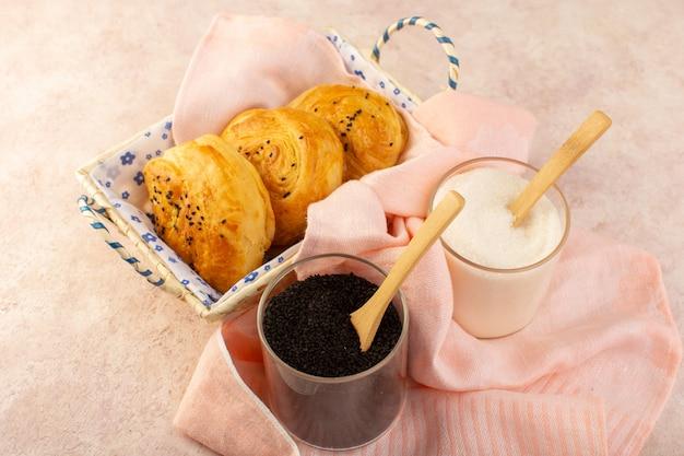 Een bovenaanzicht gebakken broodjes warm lekker vers in broodtrommel samen met zout en peper op roze