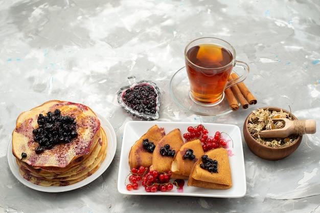 Een bovenaanzicht heerlijke pannenkoeken lekker met gelei veenbessen thee en kaneel pannenkoek gebak