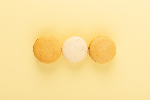 Een bovenaanzicht kleurrijke macarons
