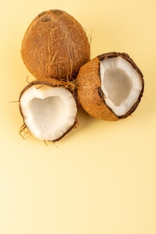 Een bovenaanzicht kokosnoten gesneden melkachtig fris mellow geïsoleerd op de crème gekleurd