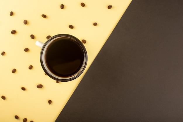 Een bovenaanzicht kopje koffie met bruine koffiezaden