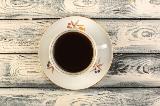 Een bovenaanzicht kopje koffie warm en sterk op de grijze rustieke tafel koffie warme drank