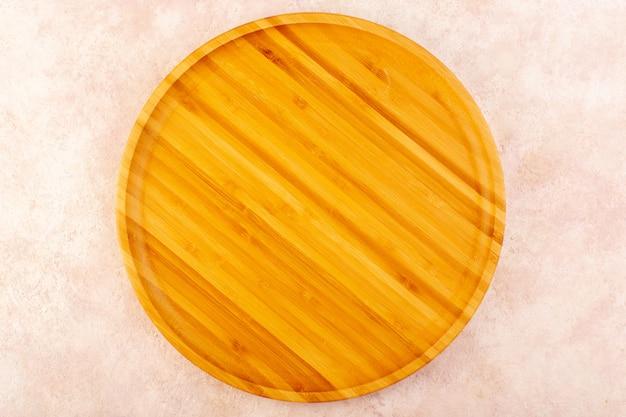Een bovenaanzicht leeg houten bureau bruin geïsoleerd op de roze achtergrond houten boomtafel