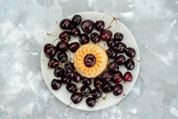 Een bovenaanzicht lekkere cake met kersen in het fruit van het plaatkoekje