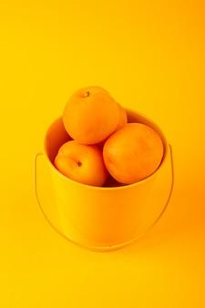 Een bovenaanzicht mand met abrikozen hele zachte rijpe foetussen geïsoleerd