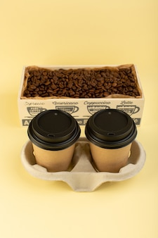 Een bovenaanzicht plastic koffiekopjes levering koffiepaar