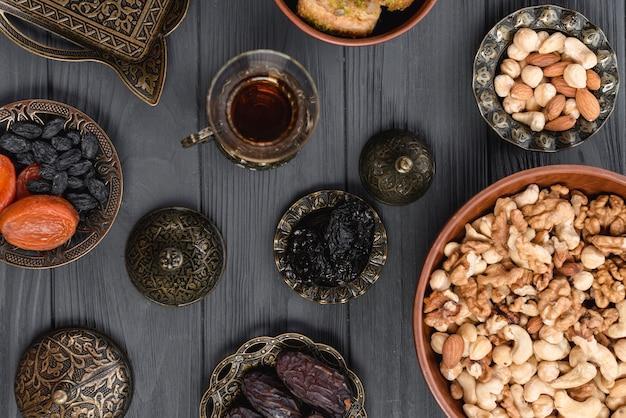 Een bovenaanzicht van arabische thee; gedroogd fruit en noten voor ramadan