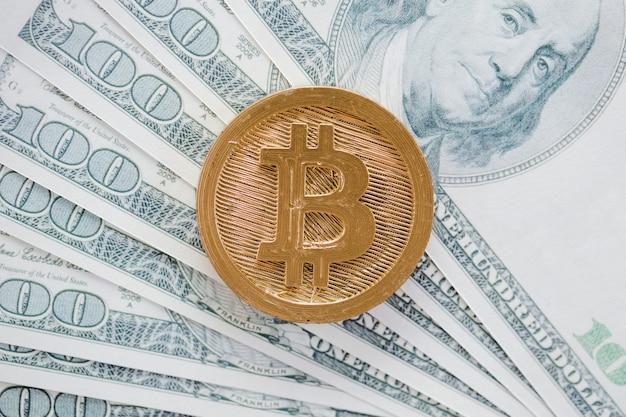 Een bovenaanzicht van bitcoins boven de amerikaanse dollar bankbiljetten