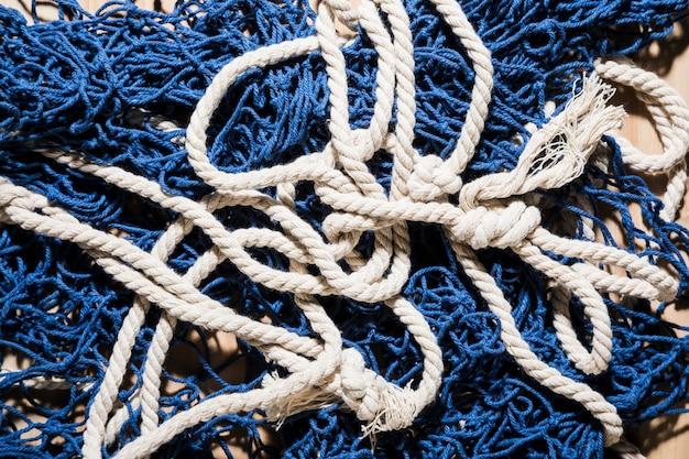 Een bovenaanzicht van blauwe visnet met witte touw