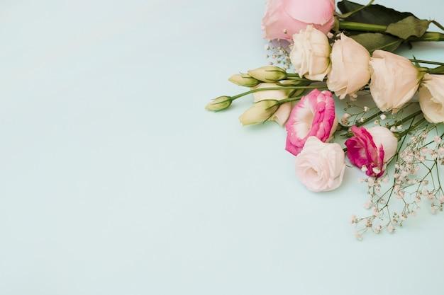 Een bovenaanzicht van bloemboeket op blauwe achtergrond