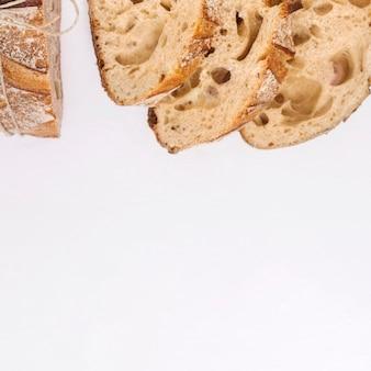 Een bovenaanzicht van brood slice op witte achtergrond