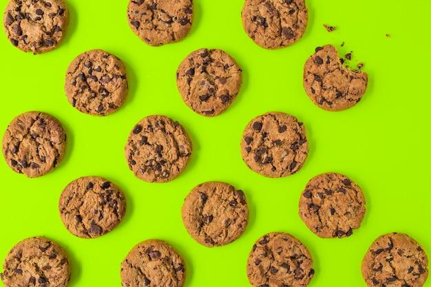 Een bovenaanzicht van cookies op groene achtergrond
