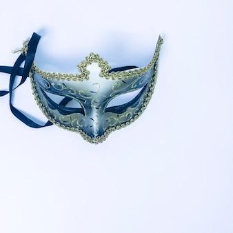 Een bovenaanzicht van decoratieve venetiaans masker op witte achtergrond