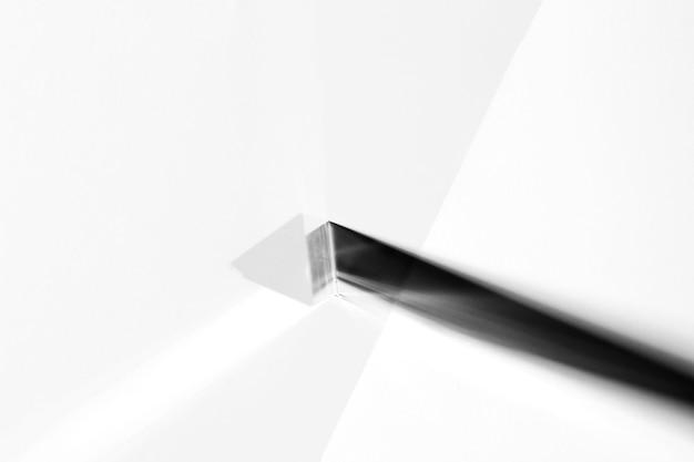 Een bovenaanzicht van driehoekige lange kristallen op witte achtergrond