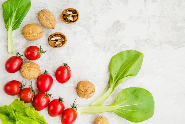 Een bovenaanzicht van droge vruchten en groenten