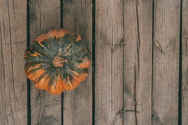 Een bovenaanzicht van een herfst pompoen op een houten oppervlak