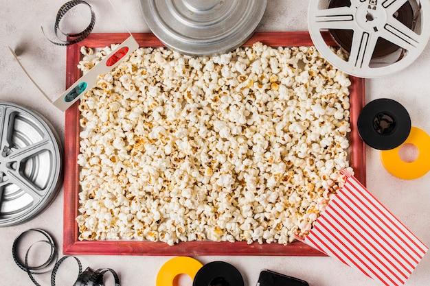 Een bovenaanzicht van filmrol; 3d bril; filmstrook en popcornkader