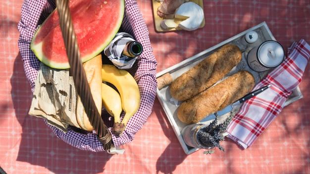 Een bovenaanzicht van fruit en brood op picknick