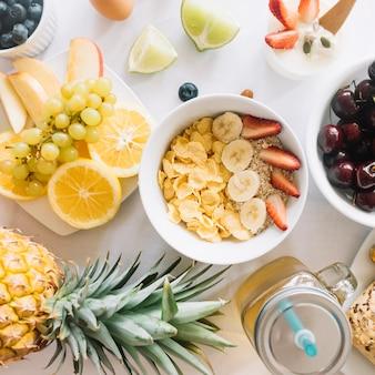 Een bovenaanzicht van gezond voedsel op tafel