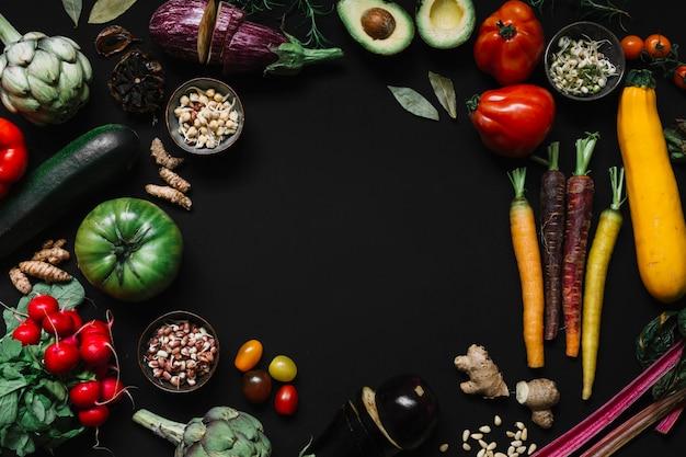Een bovenaanzicht van groenten op zwarte achtergrond
