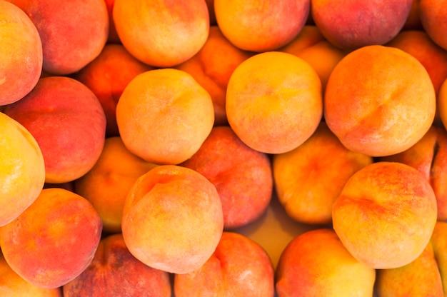 Een bovenaanzicht van hele geoogste perzik fruit
