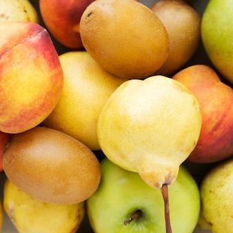 Een bovenaanzicht van kiwi; perzik; appel- en perenvruchten