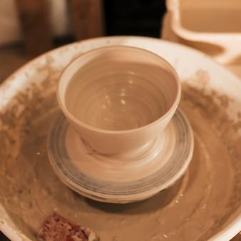 Een bovenaanzicht van klei kom op aardewerk wiel