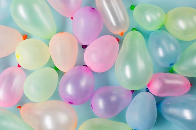 Een bovenaanzicht van kleurrijke ballonnen